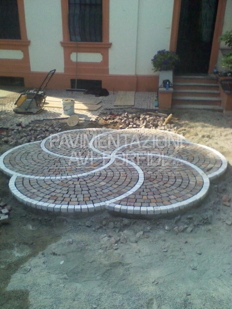 Pavimentazioni avi porfidi disegni e decori in porfido for Giardino piastrellato