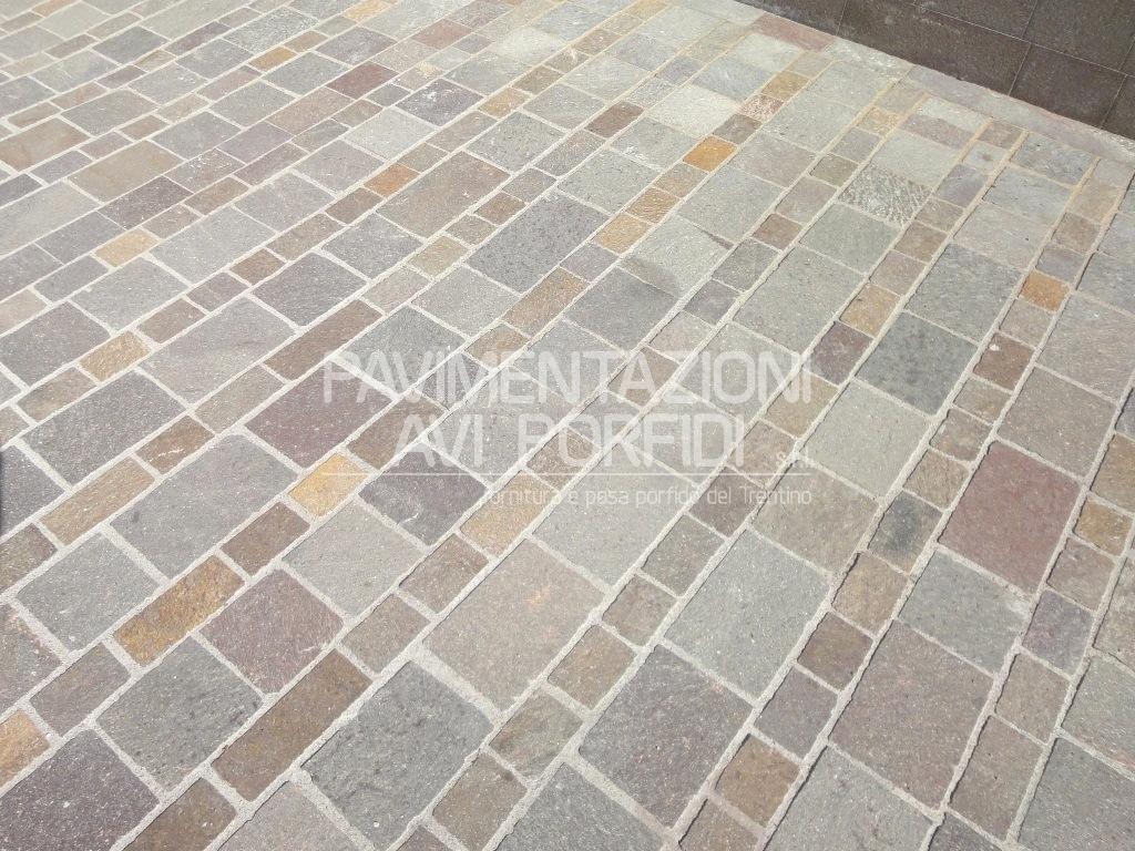 Piastrelle tranciate di porfido - Le piastrelle del pavimento di un locale ...