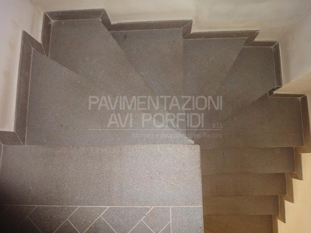 Pavimenti in finta pietra per interni - Scale in granito per interni ...