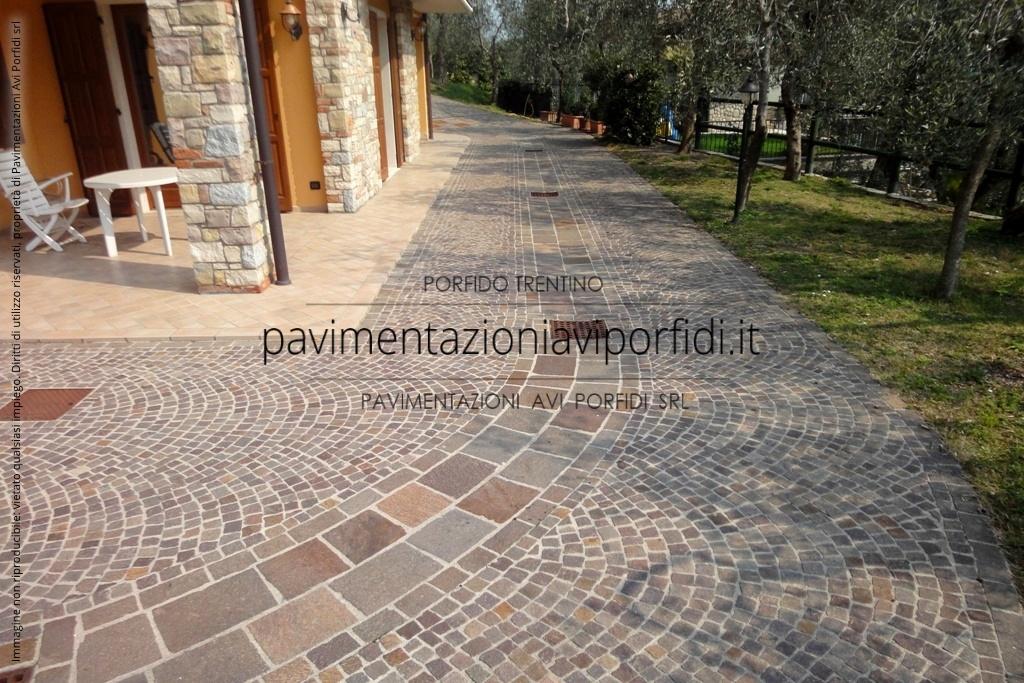Pavimenti per esterni in pietra naturale la resina come fugante