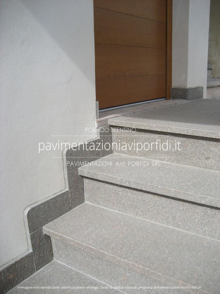 Pavimentazioni avi porfidi zoccolino in porfido per esterni for Piastrelle per scale esterne