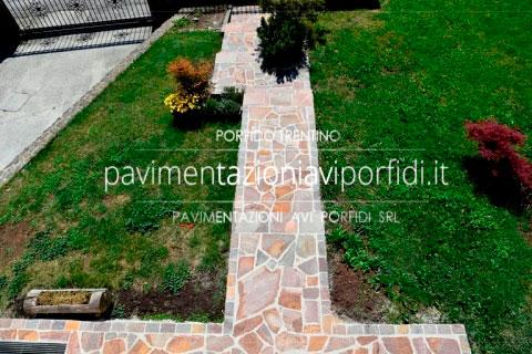 Pavimenti per esterni in pietra: pregi del porfido trentino